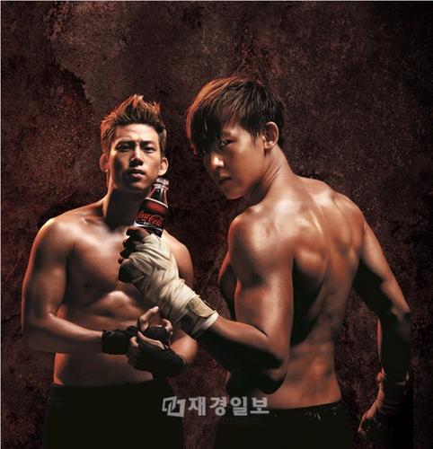 ニックンの「キックボクサー」姿で話題を起こした韓国の「コカ・コーラZero」の広告1話で、正体不明だった相手選手が同じグループのメンバー、テギョンだったことが分かった。