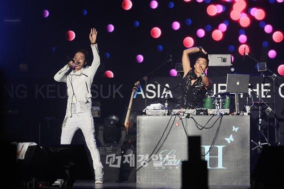 """""""アジアのプリンス""""チャン・グンソクが今月7日、オリンピックホールでの「2011 チャン・グンソク アジアツアー『THE CRI SHOW』」公演を大盛況に終え、アジアツアーの幕を閉じた。写真=ツリージェイカンパニー"""