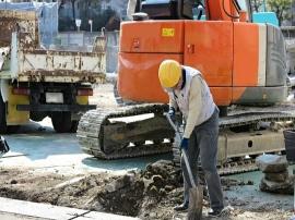 工事現場で働く人画像